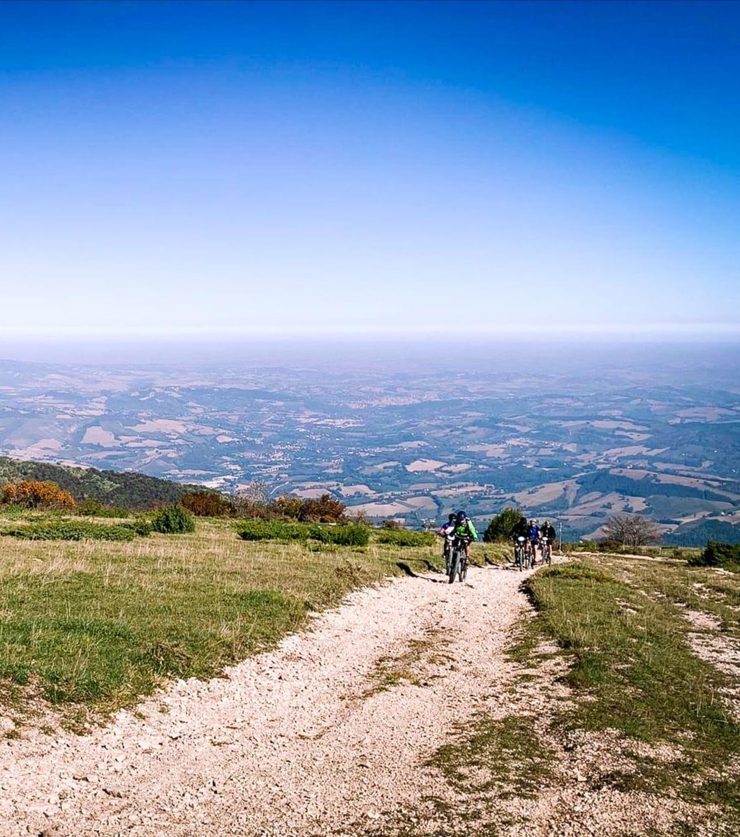 Il fascino dei Monti Sibillini in bici con escursione in notturna